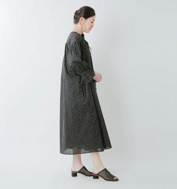 黒でも軽やかに着たい!というときは、透け感のある素材を選んでみて。着心地のよさと軽やかさを両立させてくれる薄手の綿ローンがおすすめです。足元にも透け感のあるサンダルを持ってくることで、重くなりすぎない黒コーデを楽しめます♪