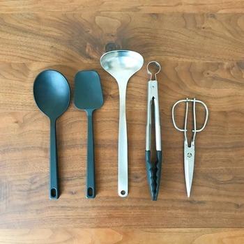 包丁とまな板、おたまやフライ返し、お菓子作りに使うツール…といったように、用途別に分けてまとめて収納しておくと、いざ調理を始めたときにあちこち探し回らずに済むので、時短になります。