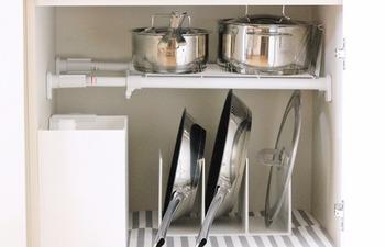 キッチンを、コンロ・作業台・シンクの横割りで考えるのも大切です。 例えば、コンロ下には、火元でよく使うフライパンや鍋類を収納します。立てて収納すれば、取り出しやすくて見た目もスッキリ!