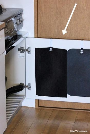キッチンの作業台や水回りなどは、直にモノを置いてしまうと、調理の邪魔になったり、汚れをすぐに拭き取れなかったりといったデメリットが発生します。心当たりのある方は、ものを引っ掛けて宙に浮かせる収納を目指してみてください。 こちらのお宅では、扉用フックを使って、まな板や水切りマットを引っ掛けて収納しています。