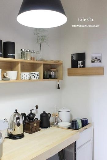 毎朝コーヒーを飲むなら、マグカップは抽出器具と一緒に並べて魅せる収納にチャレンジしてみませんか?お気に入りのデザインのものを厳選して並べれば、おうちでカフェ気分が味わえます♪  そのほか、朝食にシリアルを食べるなら、可愛いボウルとカトラリーを。スムージーを作るなら、おしゃれなミキサーとグラス、など、組み合わせ次第でさまざまな見せ方を楽しめそうです。