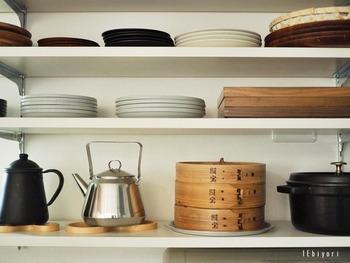 よく使う食器や鍋を、オープン棚に飾るのも◎ 扉の開け締めが必要ないので、片付けや取り出しもスムーズです。また、食器が常に見える位置にあると、自然とキレイな状態を保ちたくなるものです◎