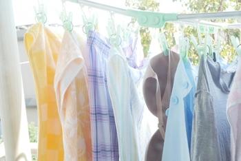 ピンチハンガーに干す場合、両端には長い洗濯物、真ん中になるにつれて短い洗濯物になるように干すのがコツ。アーチ状に干すことで空気が流れやすくなり、乾きが早くなります。