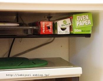 突っ張り棒を2本渡せば、簡易棚のように使うこともできますよ!こちらのキッチンでは、レンジの上に突っ張り棒を2本かけて、ラップ類や天板を収納しています。