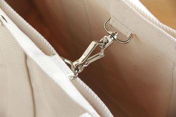 バッグの中央にはナスカンが。これがひとつついているだけで、バッグが開きすぎず、きれいなラインがすっとあらわれます。