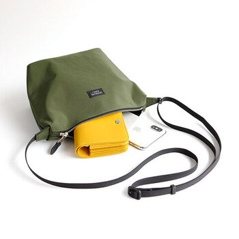スマホやお財布など、必要なものが入るちょうどいいサイズ感のショルダーバッグ。発色がキレイなコットン60%・ナイロン40%の64N/Cクロスを使用。表面に撥水加工が施されているから、急な雨でも安心です。