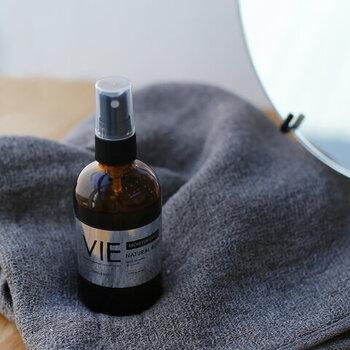 上質なヤシ油をベースに作られた、オーガニックな「VIE(ヴィー)」のボディオイル。スプレータイプなので量の調整がしやすく、毎日のケアにちょうどいいナチュラルさです。