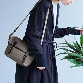 キチンと感ただようバッグだから、持っているだけで洗練された印象に。開閉はマグネット仕様で、使いやすさにもこだわりが感じられます。