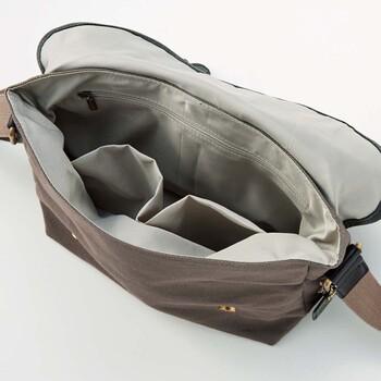 内側には3つのポケットが付いているから、小物の仕分けもラクラクです。