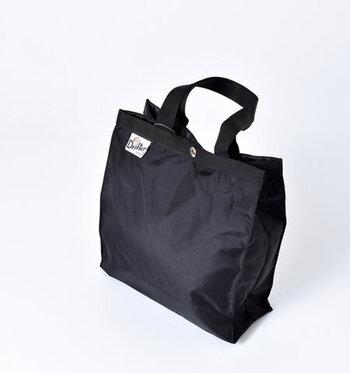 折りたたんでサブバッグとして携帯することもできる、シンプルなペーパーバッグ型のトートバッグのSサイズ。生地には丈夫な420デニールのパッククロスナイロンを使用しています。
