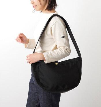 幅広目のショルダーひもが印象的な半月型のバッグ。肩掛けも斜め掛けもでき、ひもが食い込まないから疲れにくい。