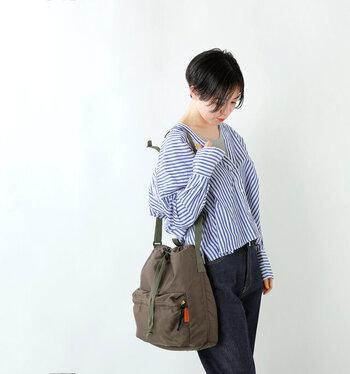 ミニタリーテイストなのに、ころんとした巾着の形がかわいいショルダーバッグ。ハード×キュートの絶妙なコントラストを楽しめます。