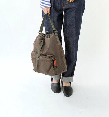 ショルダーひもを短く調節して、トートバッグ風に使うことも可能。外ポケットには鍵やスマホなど、すぐに取り出したいものを入れると便利です。