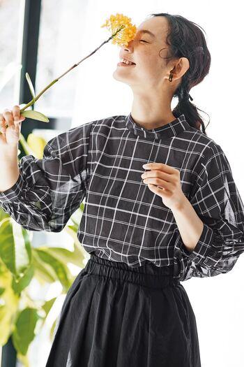 極細糸を甘く織り上げた、羽衣のような生地で作られているとのこと。シルエットがとても美しく、透け感があるので涼しげです。これからの季節に、ぜひ着て出かけたい一着です。