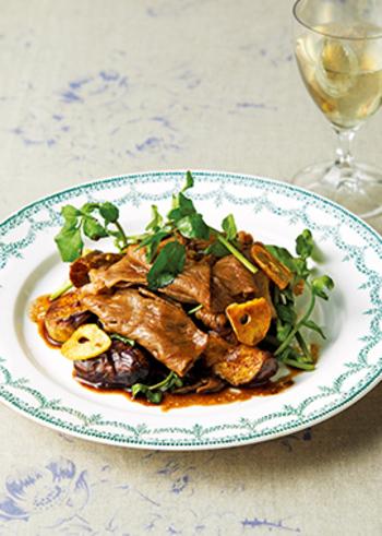 リッチなディナーにもおすすめ♪牛肉となすのバルサミコ酢を使ったマリネです。バルサミコ酢はお肉とも相性ばっちり◎ちょっぴり濃厚な大人味がワインにも合いますよ。食べ応えもある贅沢な一品を堪能してみてはいかが。