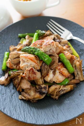 ローズマリーの香りが上品なハーブチキンとアスパラのソテーです。鶏もも肉をマリネ液に漬けてから香ばしく焼き上げます。フライパンに残った脂は拭き取らず、そのままアスパラとまいたけもソテーしてうま味を逃がしません。ボリュームある一品は食卓のメインにピッタリですよ。