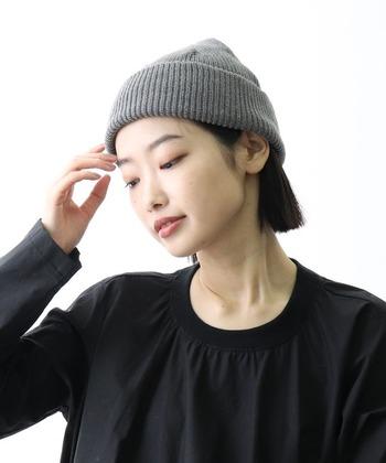 夏のニット帽は、頭にちょこんと乗せるようなイメージで、浅めにかぶるとお洒落で涼し気。  顔の周りの髪をニット帽の中に入れこんで、すっきりとクールに。襟足から短い髪をのぞかせれば、バランスも◎。