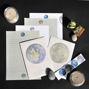 """便せんの上部と下部に距離を持って描かれた月と地球。それら2つの惑星をつなぐ罫線は、「アポロ8号が初めて月の軌道から地球に送ったクリスマスメッセージ」と「アポロ11号が初めて月面着陸したときに""""静かの海""""から地球と交信したメッセージ」でできているとのこと。まさに、月から地球へのメッセージ。宇宙のロマンを感じます。惑星ファンにはたまらないレターセットですね。"""