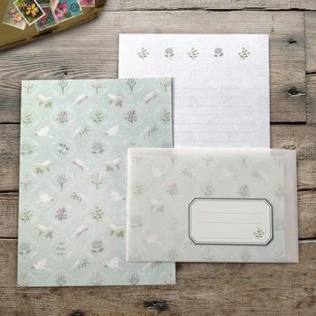 商品名のように、やさしいタッチのイラストから小鳥たちの歌声が聞こえてくるよう。表面はなめらかで裏面はザラザラとした手触りの和紙素材で作られているそうです。白い鳥が、あなたのメッセージと共に幸運を届けてくれそうですね。