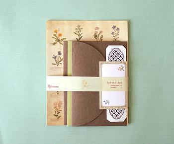 ひとつひとつ水彩で描かれた野の花が、英字の学名などと共に並べられた野の花図鑑のようなレターセット。封筒の内側にはモノトーンの絵柄がプリントされていて、細部にまでこだわりを感じます。