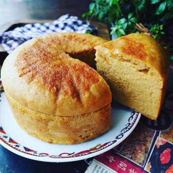 ホットケーキミックスにたっぷりの卵と、きび糖×黒糖×練乳の深みのある甘さが魅力の簡単なのに本格的に仕上がるレシピ。型で蒸しあげるとスポンジの様に仕上がって、カットした時にもキレイですね。