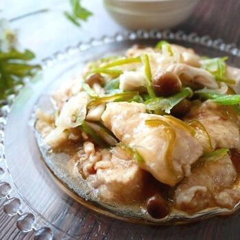 ポン酢風味でさっぱり味わう、鶏むね肉のマリネです。鶏むね肉は片栗粉をまぶしてから茹でることで、もっちりやわらかい食感に。一緒に茹でた野菜とマリネ液に漬けながら冷ますとお酢の効果でよりやわらかくなります。作り置きにもおすすめですよ。