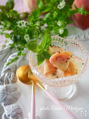 桃を使ったオシャレな洋風デザートはいかがですか?アールグレイの茶葉を細かくすりつぶして合わせると香り漂う心地よい風味のアクセントに。桃の湯向きは味が落ちないよう短時間で行うのがポイント。ひんやりと冷やして召し上がれ♪