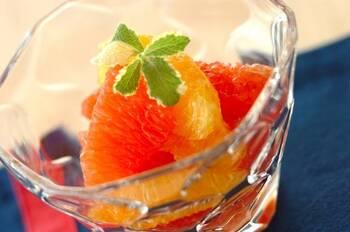 ビタミンカラーが美しい♪オレンジとグレープフルーツのはちみつマリネです。はちみつでマリネすると甘さが加わりより食べやすくなります。さっぱりとしたさわやかな味わいが楽しめますよ。ひんやり冷たい食後のデザートにぜひ。