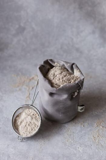 まずは以下の材料を用意し、正しく軽量しましょう。  ・準強力粉 … 400g ・水 … 280g ・ドライイースト … 小さじ1/8 ・塩 … 8g  準強力粉はあとでゴムベラで混ぜられる程度の大きめのボウルに入れ、軽くかき混ぜておきます。膨らみや食感を左右するドライイーストの軽量は特に慎重に。