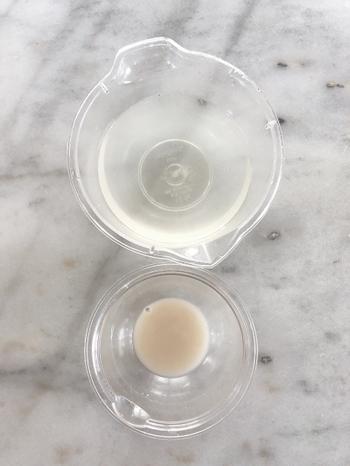 軽量した水から大さじ1杯分を別の小さなボウルに入れ、その中でドライイーストをしっかり溶かします。完全に溶けたのが確認できたら軽量した水に戻して軽く混ぜ合わせ、準備完了です!