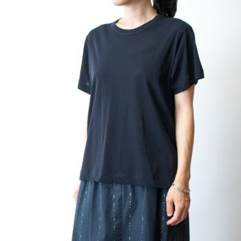 この「コズモラマ」を使ったクルーネックTシャツは、とろんとした落ち感があり、フェミニンな印象を作ることが得意。  ふんわりスカートを合わせればカジュアルに、センタープレスの効いたパンツを合わせればきれい目に、と使い勝手のいい1枚です。