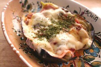 電子レンジだけでピザが作れる嬉しいレシピです。なすを先に加熱してヘタなどを取ってから、具材とチーズをのせて再度加熱するのがポイント。  ピザ生地自体がなすなのでヘルシーな上、なすとチーズのダブルのとろけ具合を味わえる一品です♪