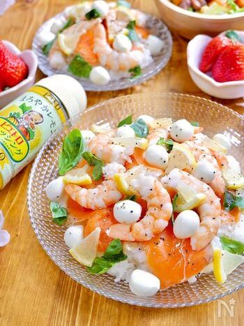 こちらはレモンドレッシングをすし酢代わりにして作る、洋風ちらし寿司。海老やサーモンなどのシーフードがレモンの風味に相性ぴったり。ご飯とドレッシングを混ぜる際は、大さじ1杯ずつなじませていってください。他のドレッシングでも応用できますよ。