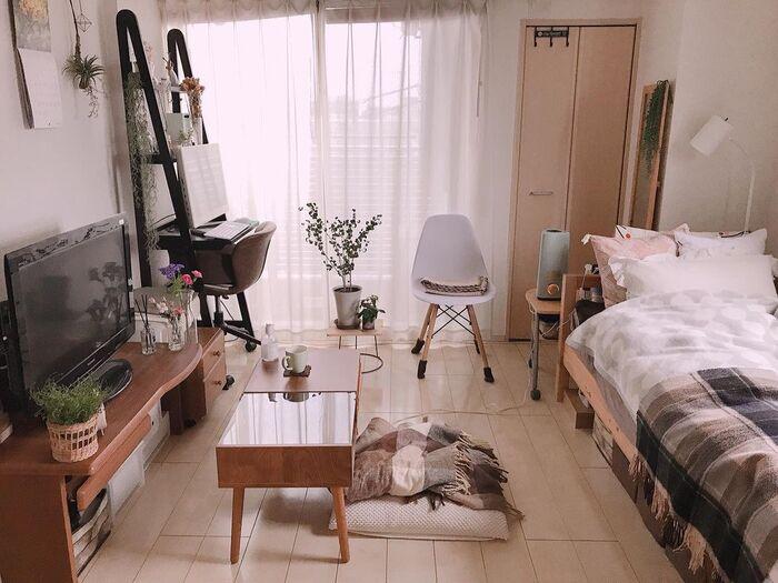 家具の大きさや高さなど、実際に置かれた状態を見られるので、自分の持ち物に照らし合わせてみたり、次に購入する家具を想像したりすることもできます。  引き出しや戸棚を開けたとき、どれくらい体を引くのかといった空間イメージも参考になります。動きのある動画は、写真よりもリアルな暮らしを感じ取りやすいということなんですね。