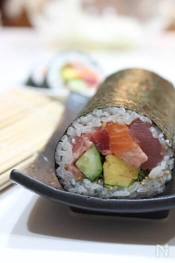 美味しさをぎゅっと集めた海鮮の太巻き。巻き方のコツをおさえながら、丁寧に巻いていきましょう。節分の恵方巻きとしても食べたい一品。