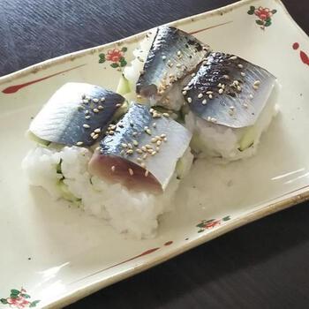 かんたん酢でいわしの酢じめと酢飯が作れる、簡単レシピ。酸味がきつくないので、漬けすぎて酸っぱいという心配もありません。いわしに限らず、さばやあじなど他のお魚でも楽しめます。