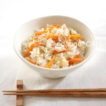 温めると酢の酸味が和らぐことを利用した、砂糖なし酢飯の炊き込みご飯。具と一緒に入れる調味料は米酢と塩のみのシンプルレシピで、ご飯を炊けば完成です。冷めても美味しいので、おにぎりやお弁当にもおすすめ。