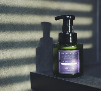 手荒れや乾燥が気になる人におすすめなのが、「OSAJI(オサジ)」のハンドソープ。アミノ酸由来の弱酸性で、手肌の油分を取りすぎません。さらに保湿成分がたっぷり配合されており、つっぱり感のないしっとりした洗い上がりに。  香りの種類は4タイプ。無香料のMuku、森林浴をイメージした香りのIbuki、柑橘系のSou、フローラル系のIkoiです。