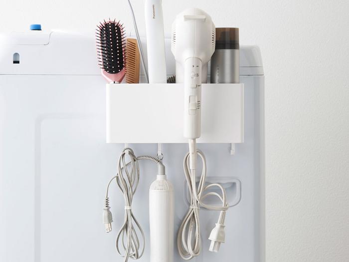 毎日使うドライヤーやくしなどのヘアケアアイテムは、隠しながらも手に届くところに置いておきたい。towerのマグネットストレージボックスは、洗濯機に付けられるので、備え付けの収納が少ない洗面所でも大活躍。towerならではのツルッとした素材感は、汚れた時も拭き取りやすく、清潔感も◎