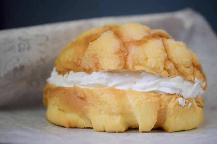 「arteria・bakery(アルテリア・ベーカリー)」は連日行列ができる人気店。なかでもおすすめなのが「ホイップメロンパン」です。こんがりと焼き上げた生地に、甘いホイップクリームをたっぷりサンドしています。大きな口でパクッといただきましょう。