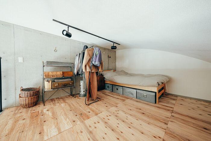 こちらも広々としたロフトをベッドルームとして使用しています。塩系の男前なインテリアがおしゃれですね。 スペースにゆとりのある広いロフトは独立した一つのお部屋のように使うことができるので、可能性は無限大。ベッドルーム以外にも収納スペースや書斎など、様々な空間として活用できますよ。