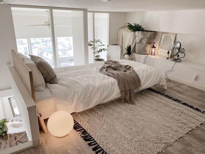 ベッドルームにする方法は、ロフトの活用法の中でも定番と言えるのではないでしょうか。 こちらのロフトは窓あり&広めなので、ロフトというより中二階のお部屋のように使うことができます。そのためベッドを置いても広々としていますよね。白やベージュを基調としたインテリアもナチュラルな雰囲気を演出できておしゃれです。