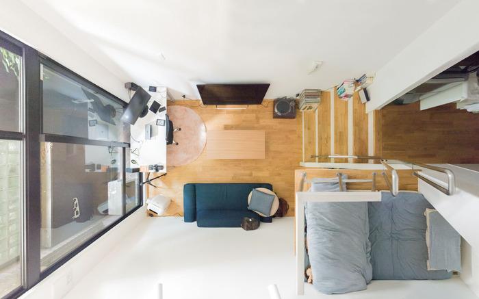 狭めのロフトであっても、人が一人寝転がれるくらいのスペースがあるのであれば、就寝スペースとして使えます。 こちらは狭いロフトに布団を敷いて、就寝スペースとして活用している例です。ワンルームや1Kのお部屋の場合には、ロフトを就寝スペースにすることで、部屋をより広く使えるというメリットもありますよ。