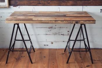 必要なものは、馬脚(ソーホース)と、お好みの天板のみ。  市販の馬脚は、ネジ穴や釘穴が付いているタイプがほとんど(※)。天板をのせ、ズレないように固定すれば、あっという間に馬脚テーブルが完成します。  (※)補足: ネジ穴がないタイプもあります。