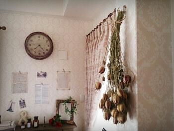 ドライフラワーはお世話しなくてもよいところが楽ちんで魅力的ですよね。このように壁に吊り下げるだけで、立派なインテリアアイテムとして活躍してくれます。 ドライフラワーの薔薇は、シャビ―シックだったり、アンティークテイストのお部屋とも相性がとても良いですよ。