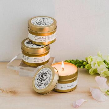 薔薇を「香り」で取り入れるのもおすすめです。 キャンドルはデザインがおしゃれなものを選べば、豊かな香りを楽しむことができるだけでなく、空間を優雅に彩るインテリアのアクセントとしても活躍してくれますよ。