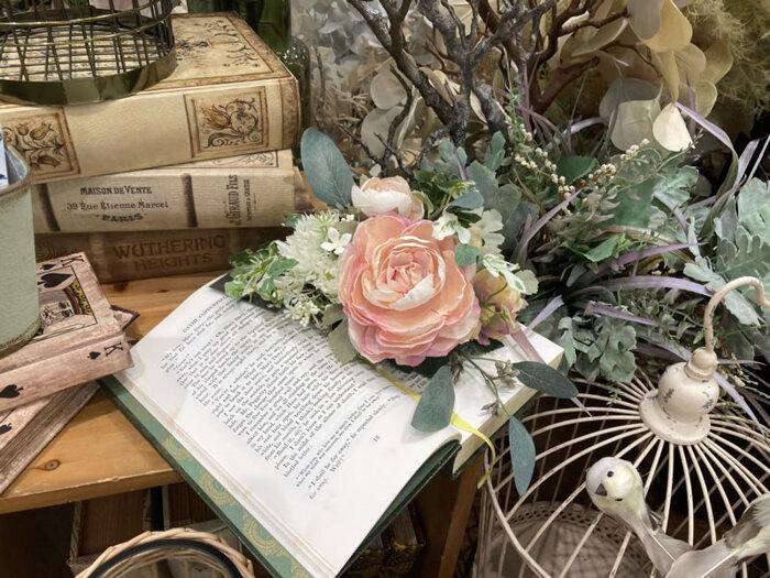 生花やドライフラワーの薔薇が美しいのはもちろんですが、造花の薔薇だって素敵です。 造花はとにかく手軽で扱いやすいというメリットがあり、どこにでも気軽に飾ることができます。 お気に入りの雑貨類と並べて飾ったり、組み合わせてみるのもおすすめですよ。