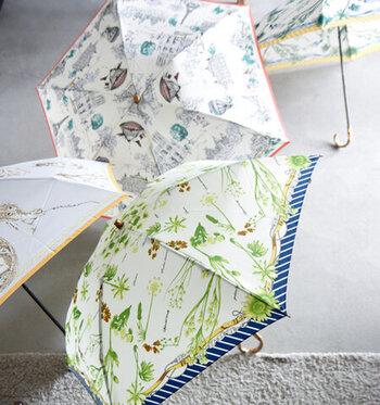 柄のヴィンテージ感と、お庭や絵画を見ているようなプリントが素敵なこちらの傘。おもわず一目惚れしてしまいそうですね。折りたたみには珍しいツヤ感たっぷりのバンブーの持ち手がワンランク上の上品さを演出してくれます。  まるで上質なスカーフを身につけているような感覚になり、背筋が伸びてもっと歩きたくなる。そんな素敵な時間を過ごせそうですね。