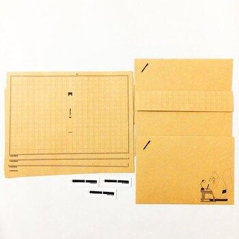 「文豪狐原稿用紙」と名付けられたように、便箋が原稿用紙のフォーマットになっていて、作家の恰好をしたキツネがそれに小説を書いているという設定になっています。お稲荷さん風の狐が日本文化を感じさせる独特な雰囲気を放ち、なぜか気になってしまいます。文芸仲間やキツネ好きな方へいかがでしょうか?