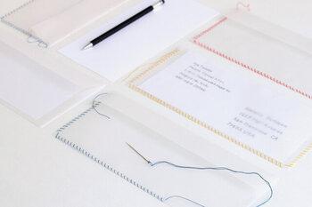 封筒の縁に予め空いている穴に沿い、自分で縫って封をするという斬新なアイデアの封筒です。かがり縫いにするも並縫いにするもあなたのお好みで。一針一針、相手のことを考えながら封をするなんて、なんだかロマンティックですよね。好きな人には、やっぱり赤い糸を使う!?